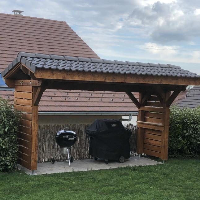 taille et pose d'un abris à barbecue sur mesure dans le pays de Gex